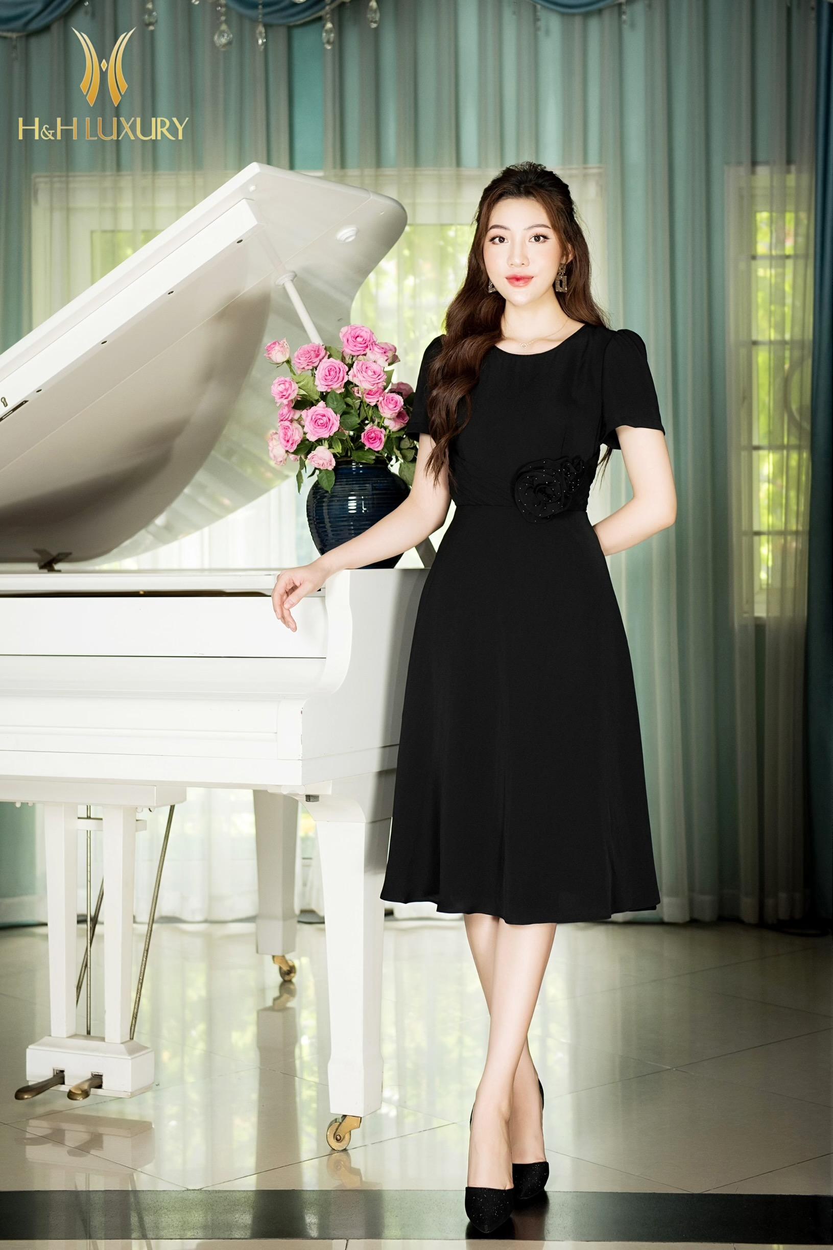 Đầm đen xòe A hoa eo 3D