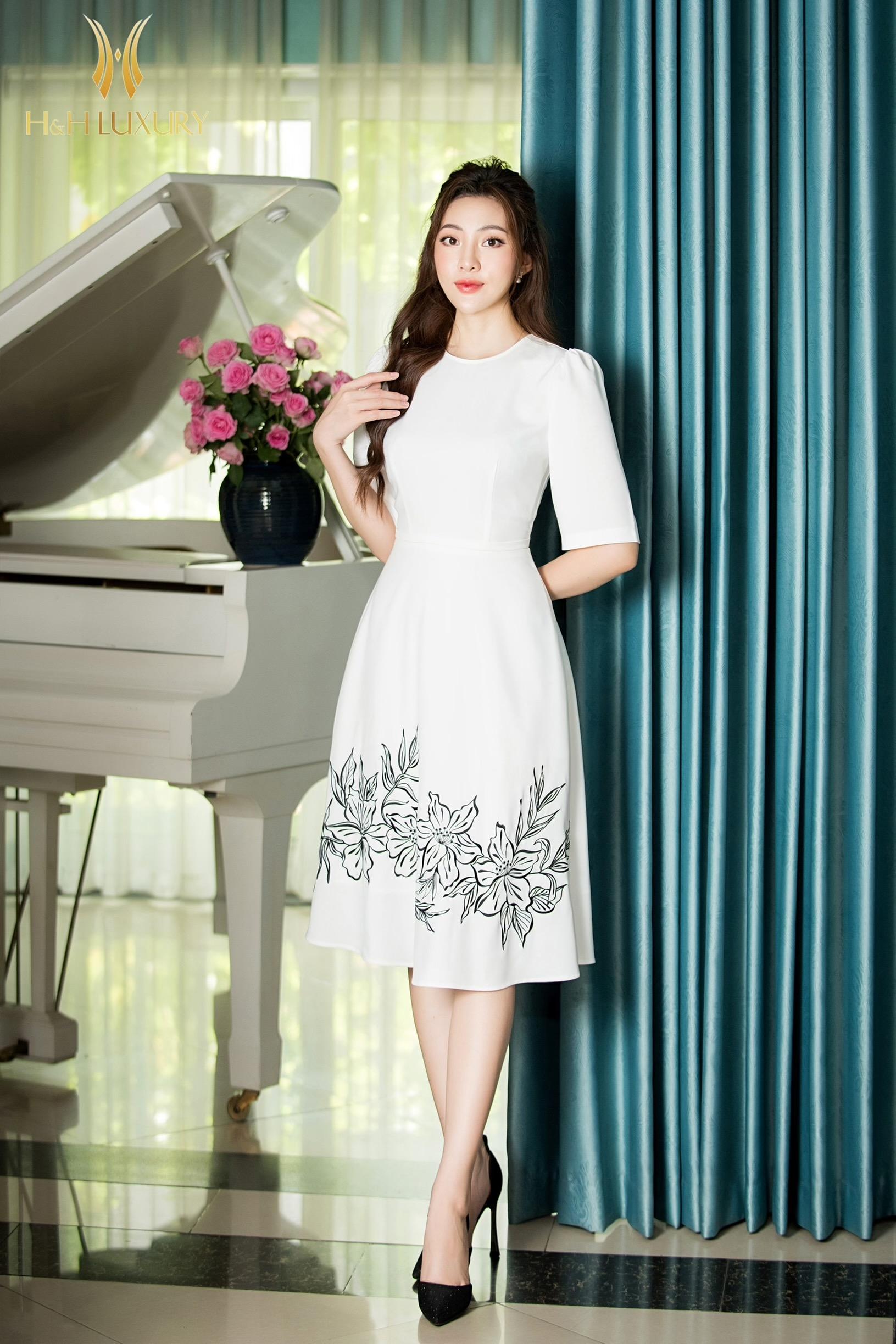 Đầm trắng ôm A chân váy thêu hoa