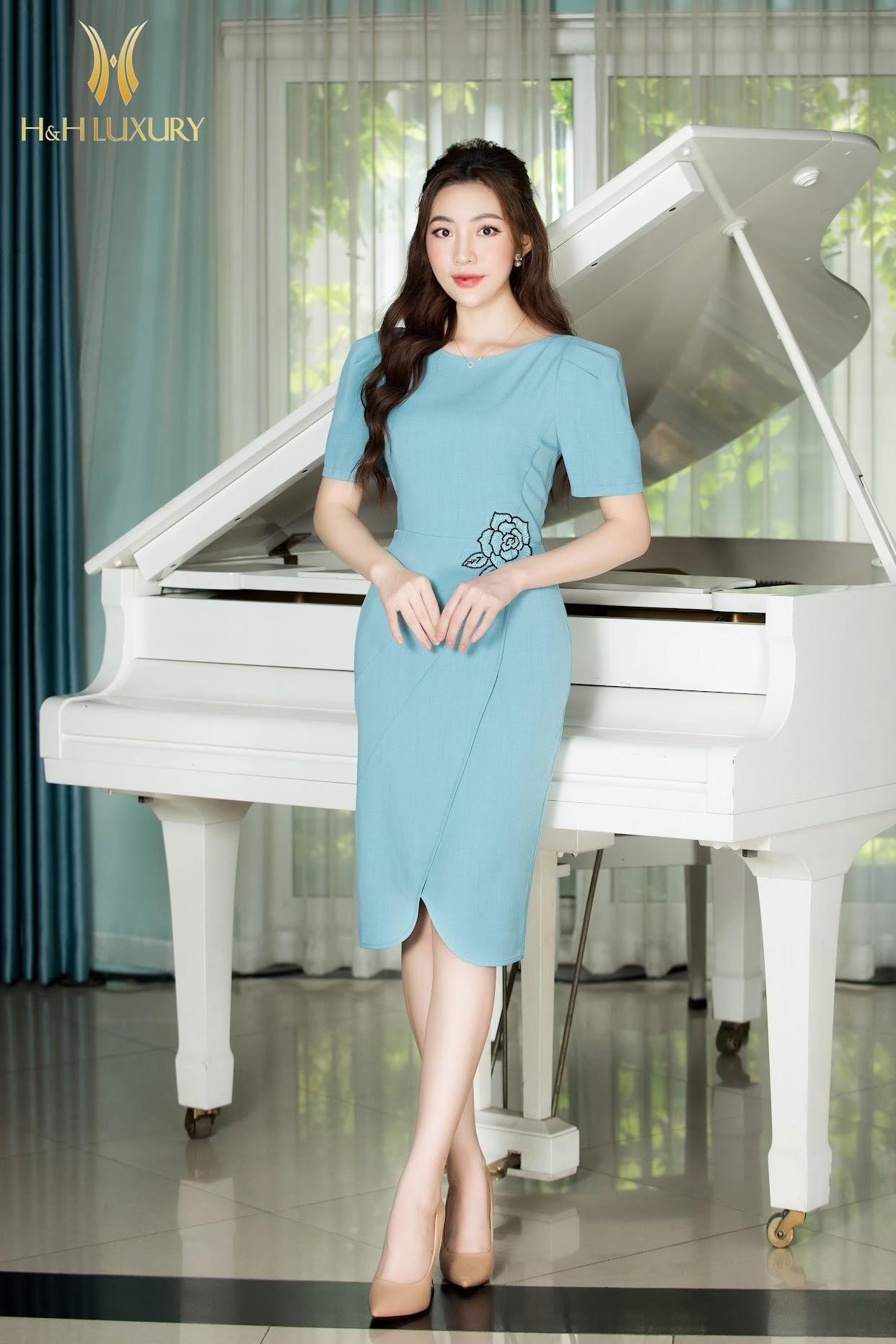 Đầm bút chì xanh thêu hoa hồng