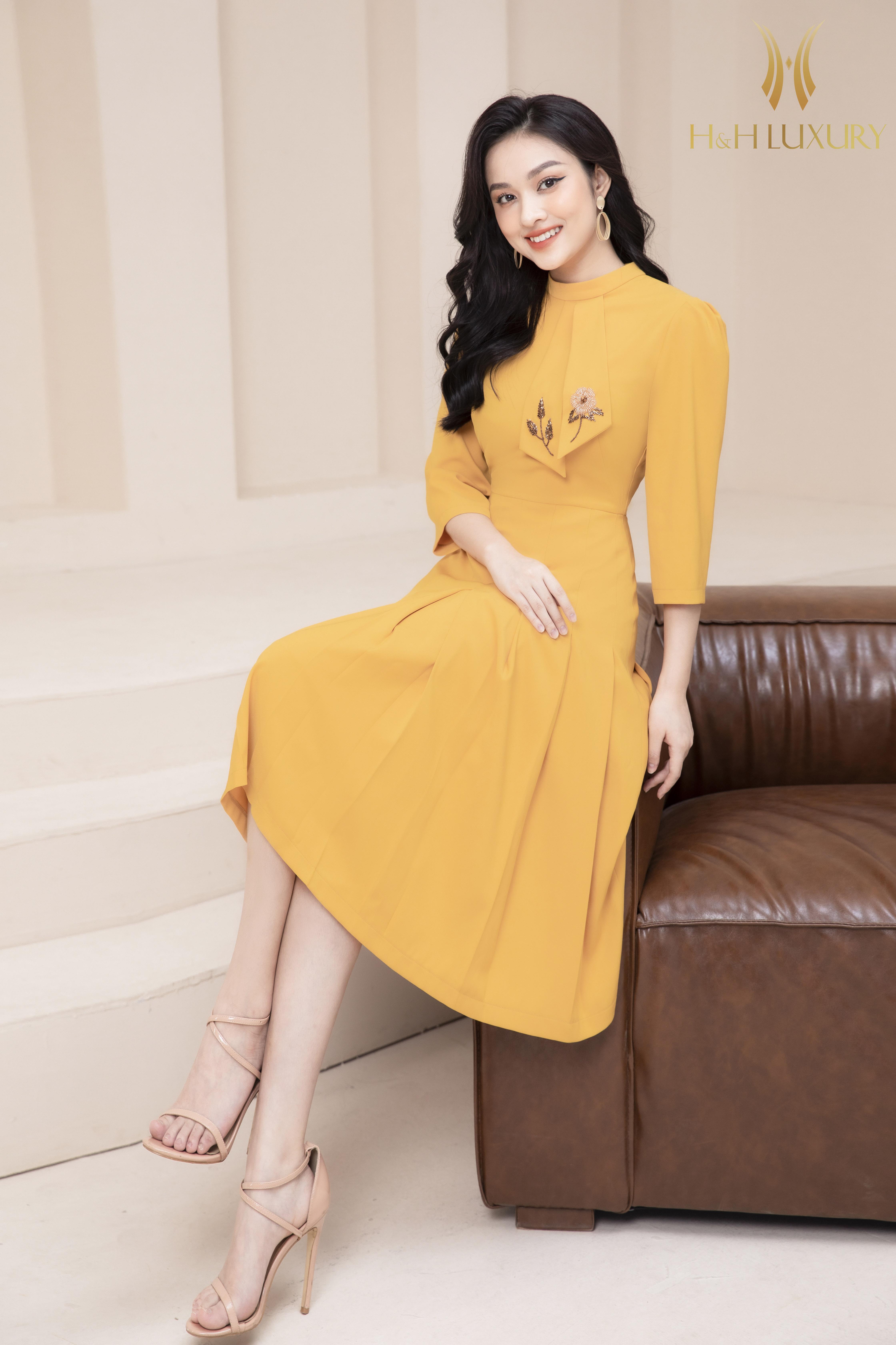 Đầm xòe vàng đính đá nơ