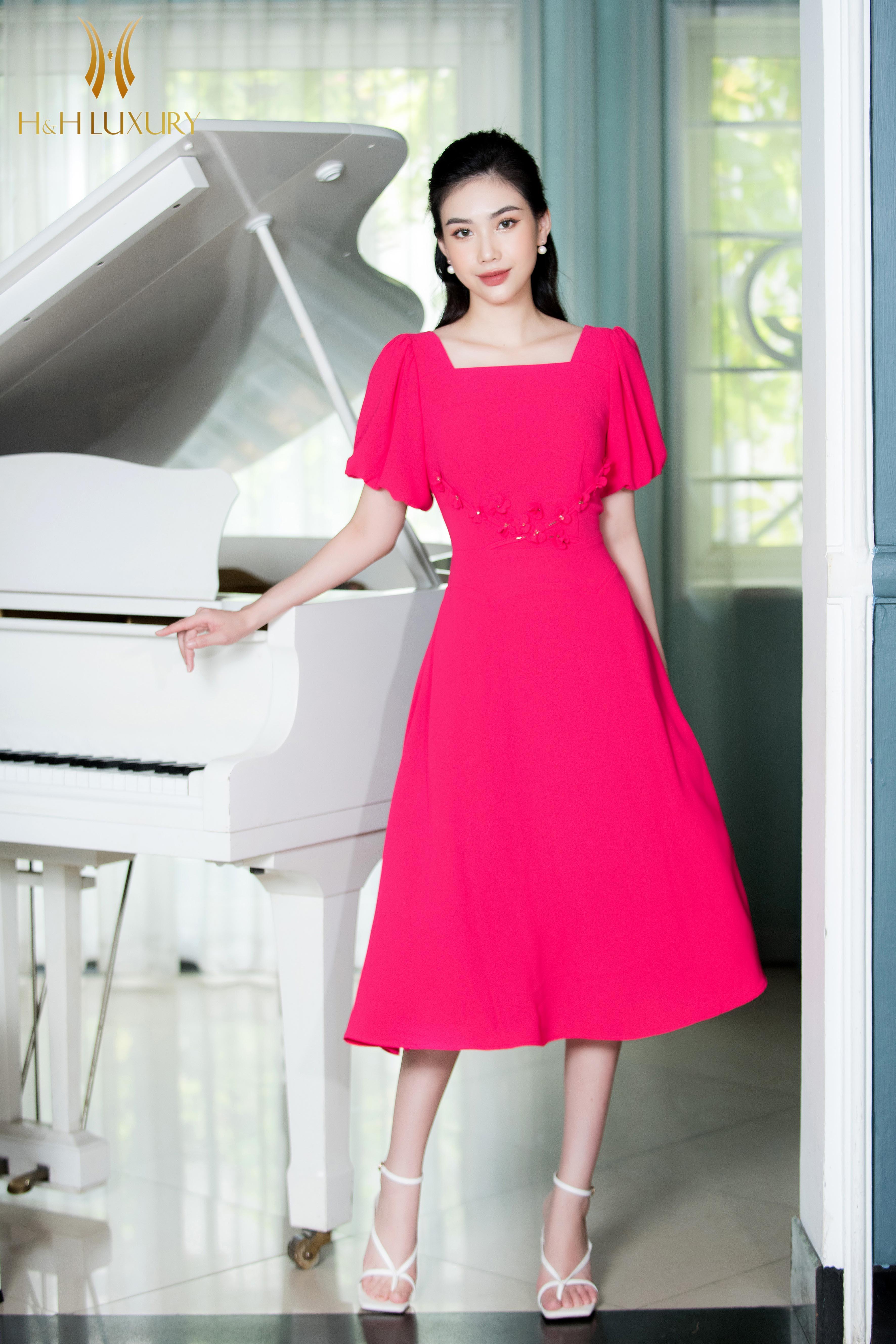 Đầm hồng xòe cổ vuông tay lồng đèn