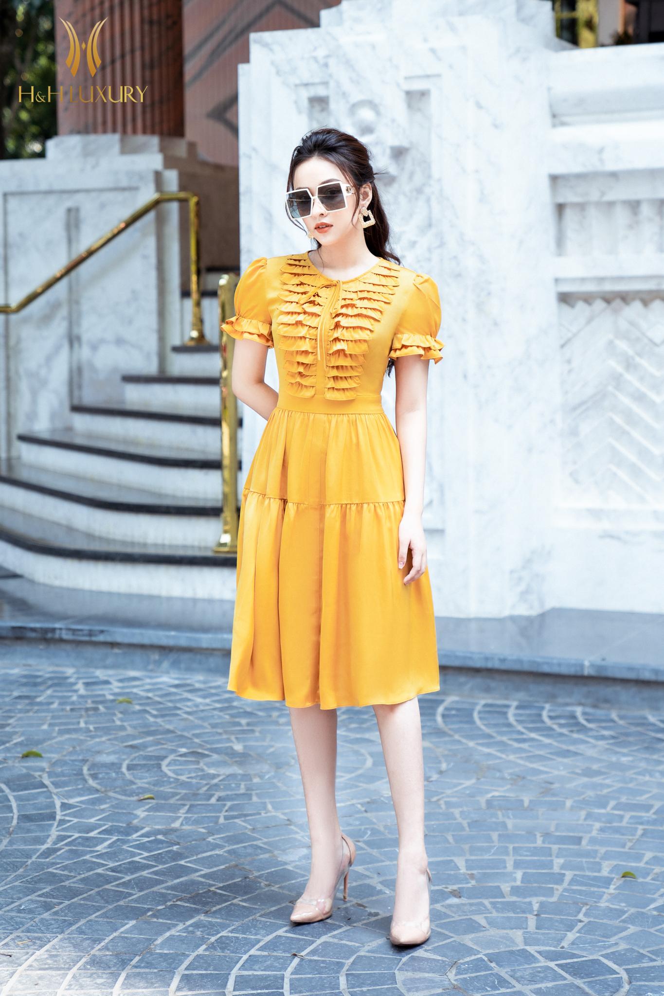Đầm lụa vàng bèo ngực