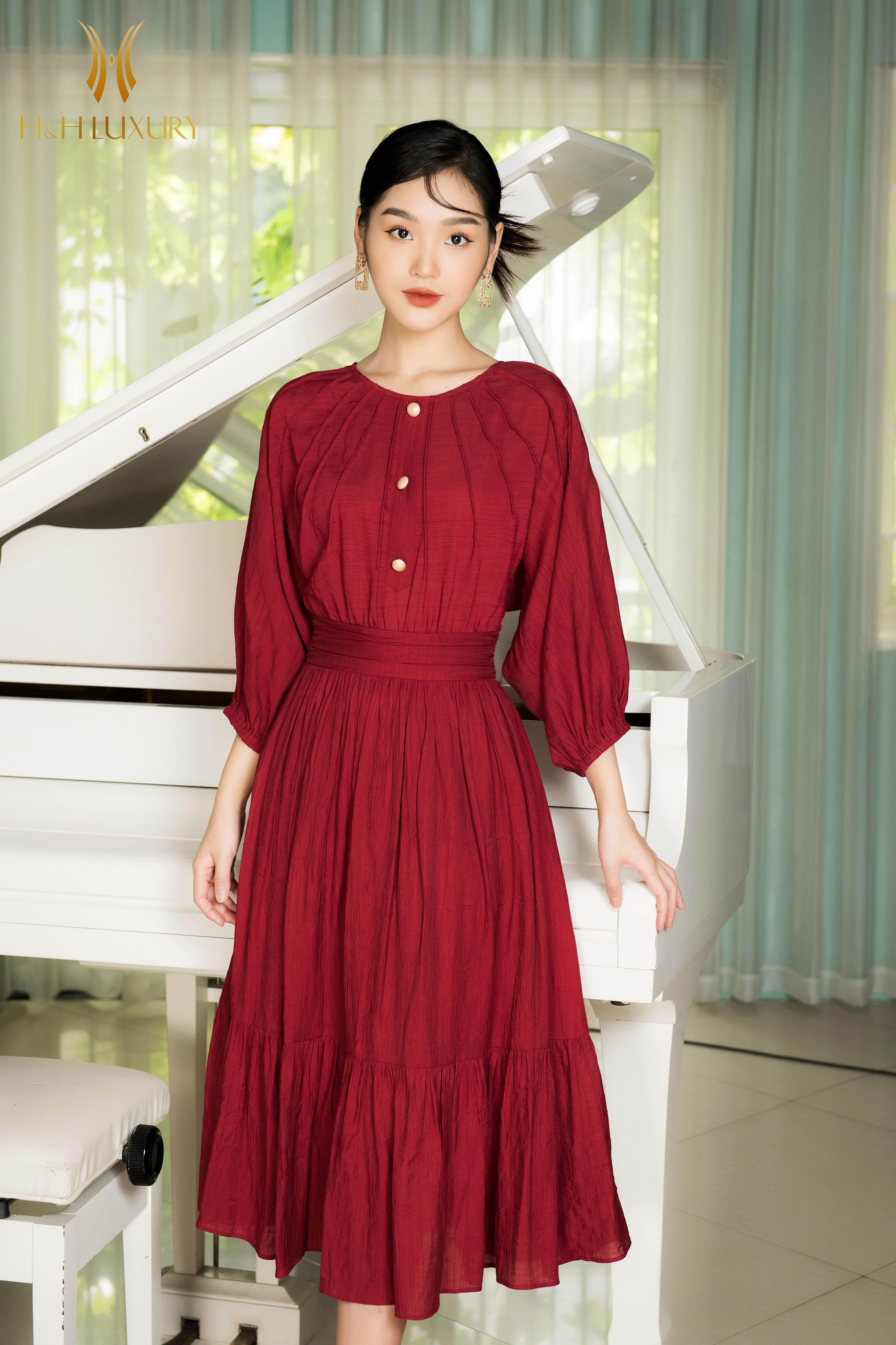 Đầm đỏ xòe cổ tròn tay lỡ đính cúc
