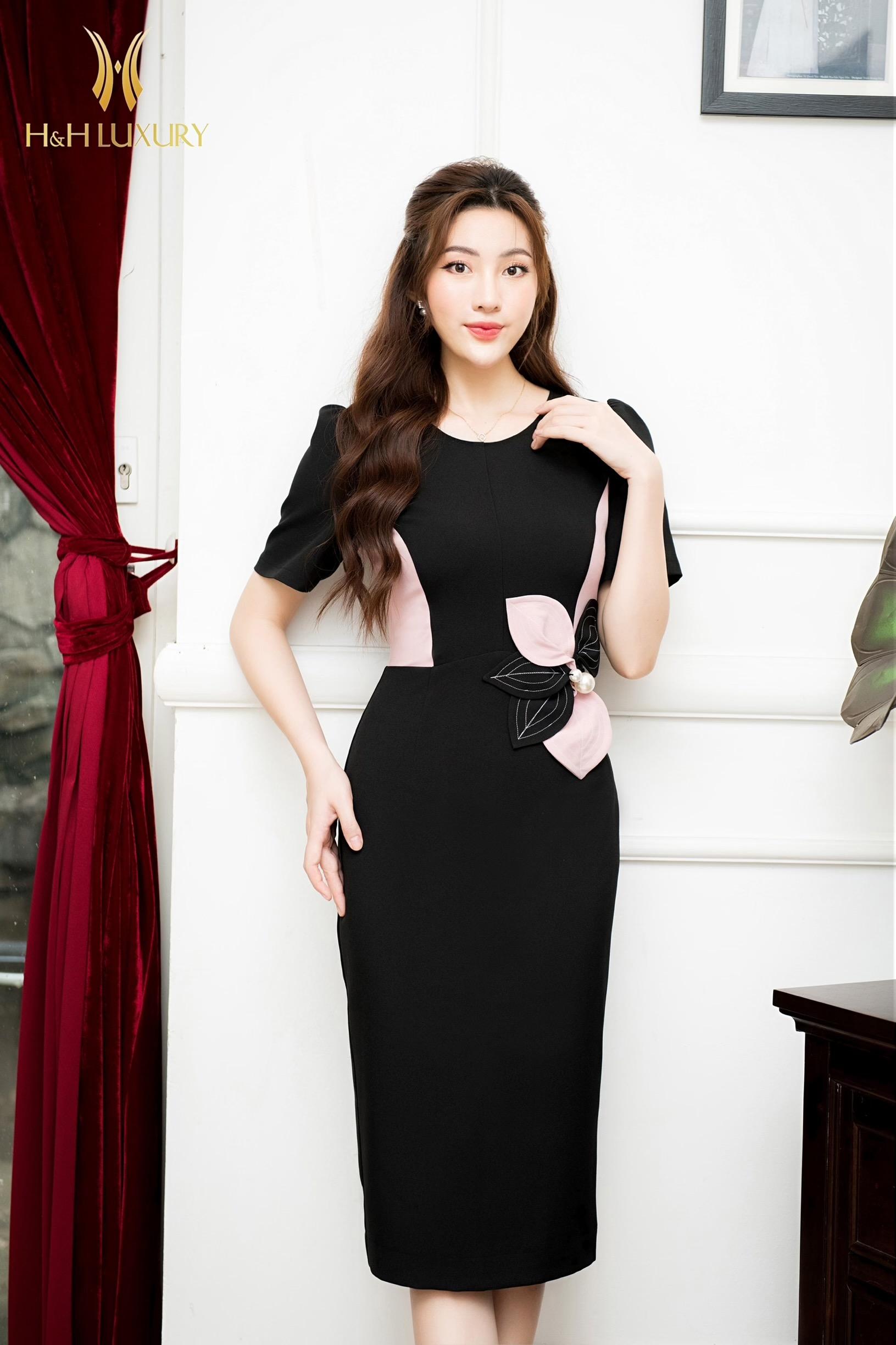 Đầm bút chì đen phối hồng hoa 3D eo