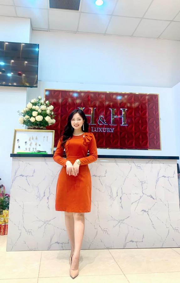 Đầm nhung cam nơ ngực
