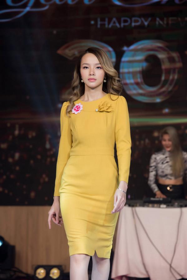 Đầm vàng hoa ngực