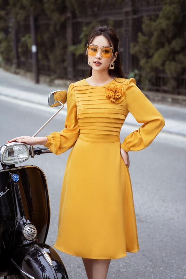 Đầm lụa vàng xếp ly ngực đính hoa